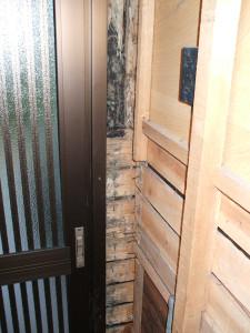 白蟻被害により玄関柱撤去後